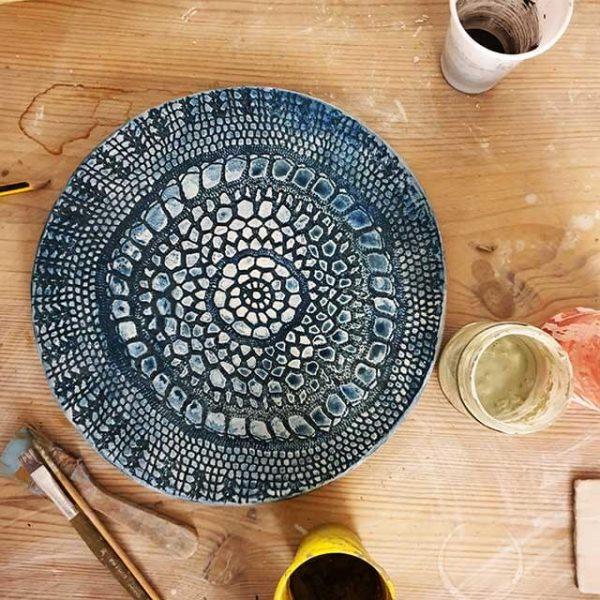 Il piatto merlettato blu Arte di Blue Ceramica Napoli