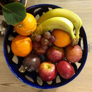 Portafrutta in ceramica bianca colorata con smalto di colore blu arte di blue ceramiche